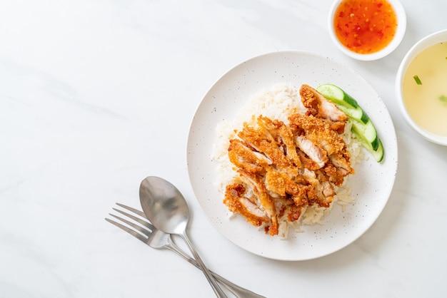 Hainanese chicken rice ze smażonym kurczakiem lub ryżowa zupa z kurczaka gotowana na parze ze smażonym kurczakiem