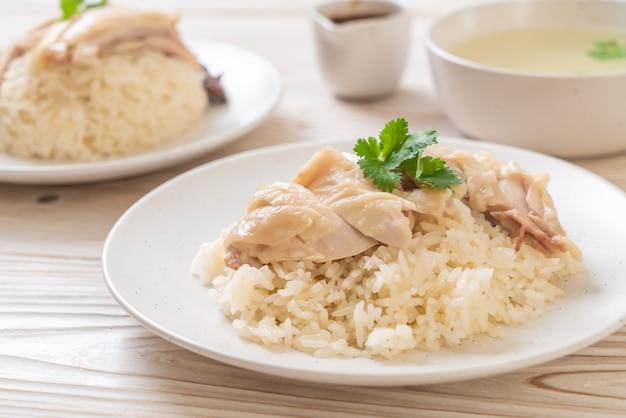 Hainanese ryż z kurczaka lub ryż z kurczaka na parze