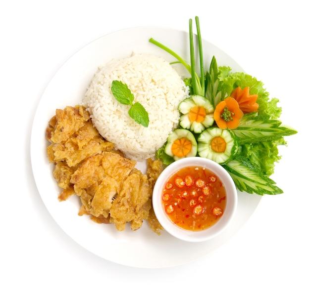 Hainański chrupiący ryż z kurczakiem smażony w sosie sojowym