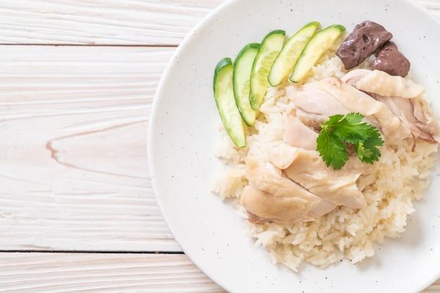 Hainański ryż z kurczaka lub ryż z kurczaka na parze