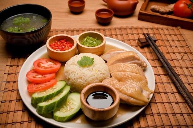 Hajnański ryż z kurczaka podawany jest z rosołem lub rosołem i pałeczkami na stole