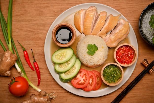 Hajnański ryż z kurczakiem z sosem chilli sosem sojowym ziemniakami i ogórkiem w talerzu
