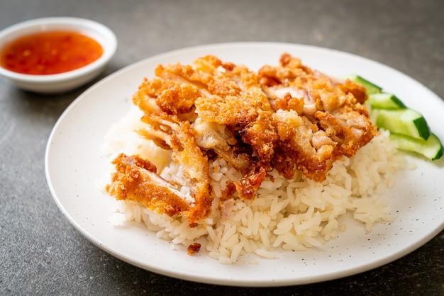 Hajnański ryż z kurczakiem ze smażonym kurczakiem lub ryżowa zupa z kurczaka na parze ze smażonym kurczakiem, azjatyckie jedzenie