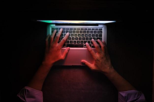 Haker kradnie dane z laptopa z góry na dół