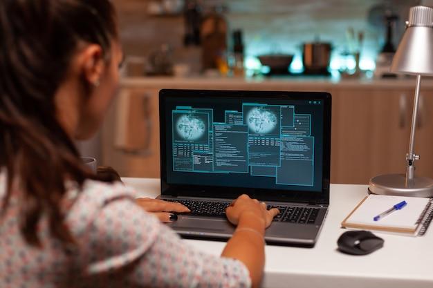 Haker łamie zaporę sieciową późno w nocy z domu