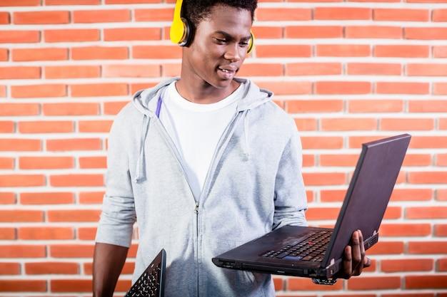 Haker lub programista komputerowy z laptopem