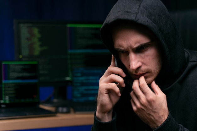 Haker rozmawia przez telefon z bliska