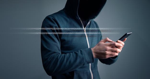 Haker trzyma inteligentny telefon