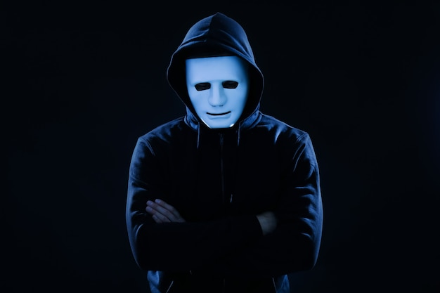 Haker w masce na ciemnej powierzchni