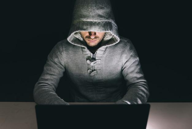 Haker w pracy na swoim komputerze