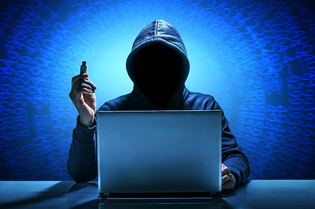 Haker za pomocą laptopa. hackowanie internetu.