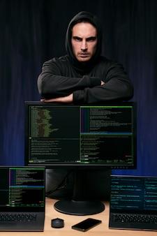 Haker ze średnim strzałem w bluzie z kapturem
