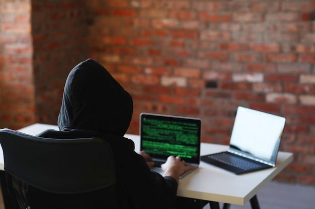 Hakera mężczyzna na laptopie