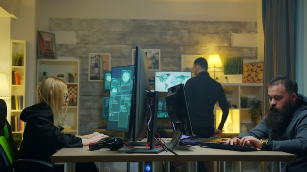 Hakerka ze swoim zespołem kradnie informacje online za pomocą superkomputerów.
