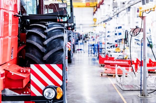 Hala montażowa w dużym zakładzie przemysłowym produkującym traktory i kombajny