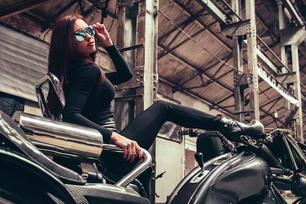 Hala wystawiennicza w nowoczesnym salonie motocyklowym
