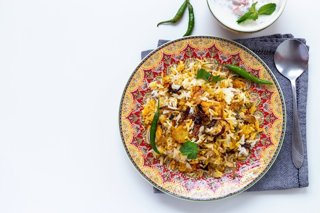 Halal indyjski kurczak biryani podawany z jogurtowym pomidorem raita