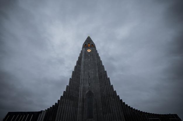 Hallgrimskirkja, reykjavik katedra w chmurnym dniu, iceland.