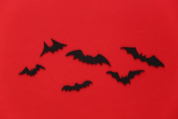 Halloween, dekoracje i straszna koncepcja. czarne nietoperze latają nad krwistoczerwoną