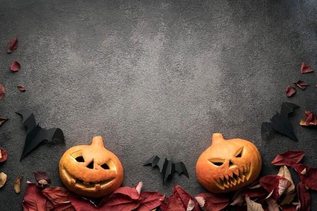 Halloween dynia flatlay, skopiuj zdjęcie miejsca na ciemnym tle szablonu. przerażające jesienne dynie, układ