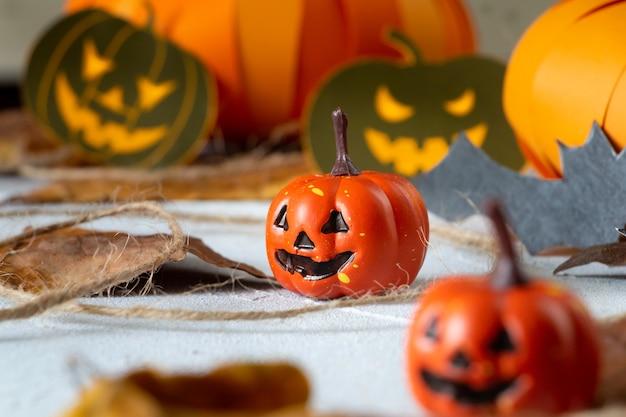 Halloween dynia głowy jack nietoperze i skład jesiennych liści selektywne skupienie