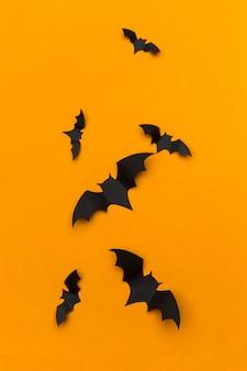 Halloween i dekoracja pojęcie - papierowi nietoperzy latać