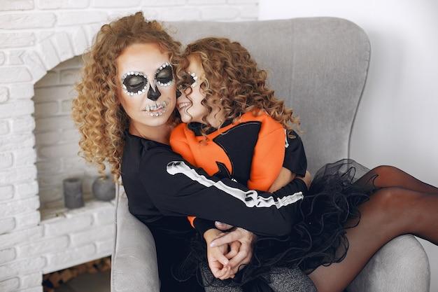 Halloween. matka i córka w meksykańskim stroju na halloween. rodzina w domu.