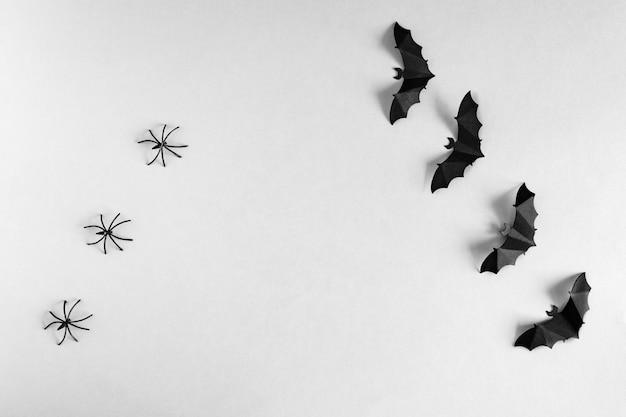 Halloween. pająki i nietoperze na szarym tle, płaski układ z miejscem na kopię.