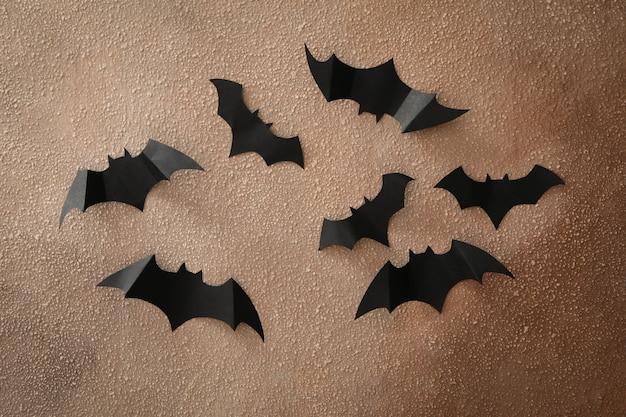 Halloween papierowe nietoperze na tle brązowej ściany