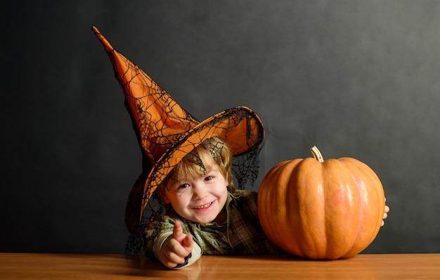 Halloween party kid trick or treat chłopiec przebrany za sztuczkę lub leczenie przygotowania święta halloween