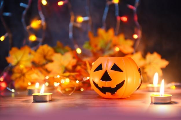 Halloween przy świecach pomarańczowy dekorujący wakacje świąteczny, śmieszne twarze jack o latarniowe dyniowe halloweenowe dekoracje dla partyjnych akcesoriów protestuje z świeczki światła bokeh