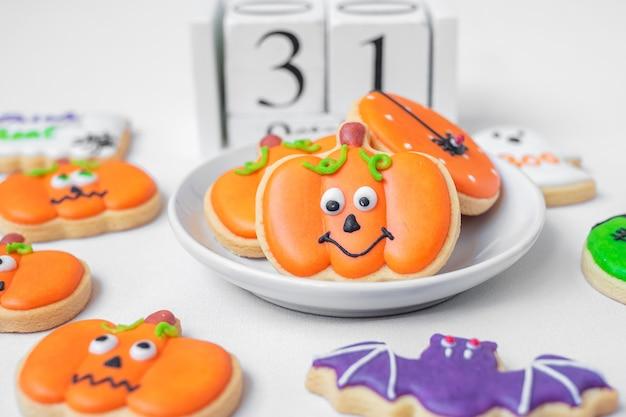 Halloween śmieszne ciasteczka z 31 października kalendarzem na białym tle. trick or threat, happy halloween, hello october, jesień jesień, świąteczna, imprezowa i świąteczna koncepcja