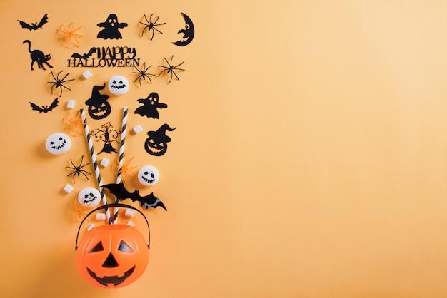 Halloween wykonuje ręcznie na pomarańczowym tle z copyspace dla teksta. halloween.
