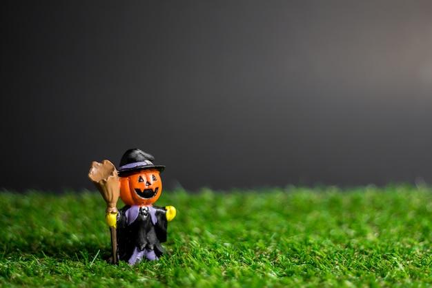 Halloween zabawki na trawie.