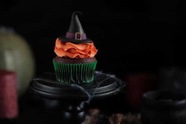 Halloweenowa babeczka z kapeluszem czarownicy