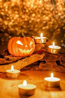 Halloweenowa bania dekoruje z świeczkami na drewnianym szalunku