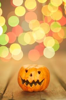 Halloweenowa bania na bokeh zaświeca tło