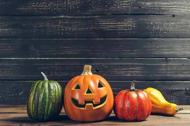 Halloweenowa bania na drewnianym stole