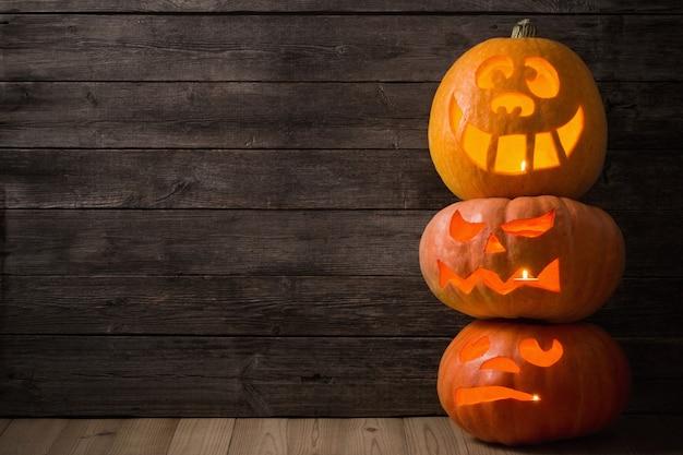 Halloweenowa bania na starym drewnianym