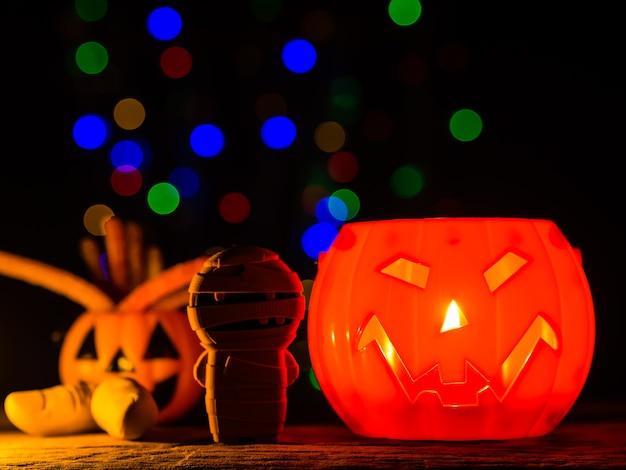 Halloweenowa bania z bokeh zaświeca tło, straszny uśmiech.