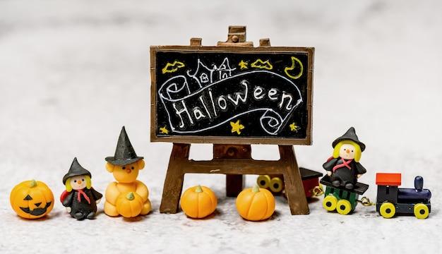 Halloweenowa dekoracja. cukierek albo psikus w okresie jesienno-jesiennym. twarz dyni i przerażający symbol