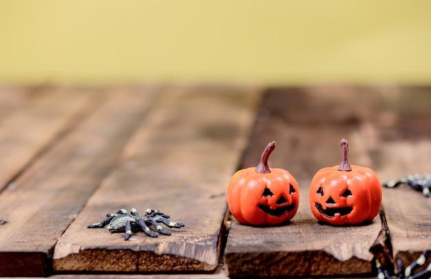 Halloweenowa dekoracja. cukierek albo psikus w sezonie jesień i jesień. straszny symbol na tle drewna.
