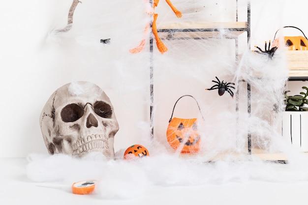 Halloweenowa dekoracja wnętrz z nietoperzami, pajęczyną, czaszką na białym tle