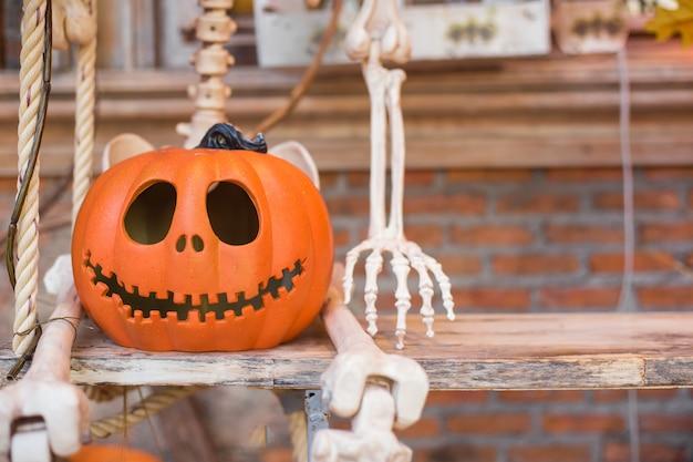 Halloweenowa dynia głowa jack latarnia na drewnianym tle