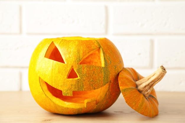 Halloweenowa dyniowa głowa jack latarnia na białym tle. widok z góry