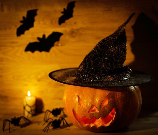 Halloweenowa dyniowa głowa jack latarnia na drewnianym tle