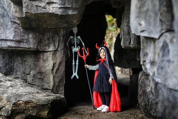 Halloweenowa dziewczyna plenerowa