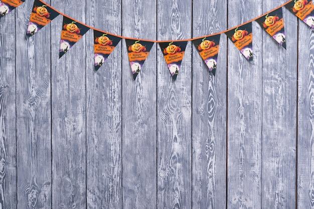 Halloweenowa girlanda na drewnianym tle