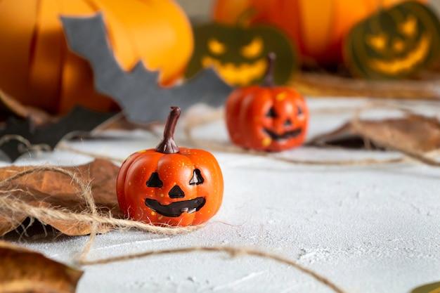 Halloweenowa głowa dyni jack nietoperzy i kompozycja jesiennych liści