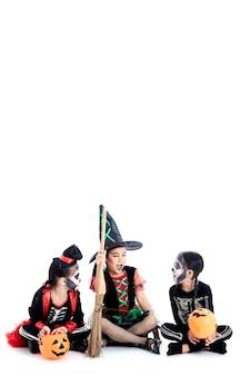 Halloweenowa impreza z azjatyckimi grupowymi dziećmi